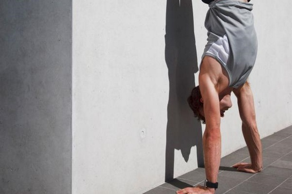 handstand-pushup-the-sleeveless-t-shirt-workout_0