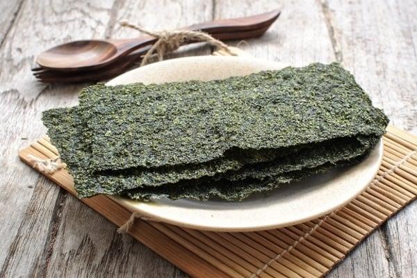 dried-seaweed-on-plate